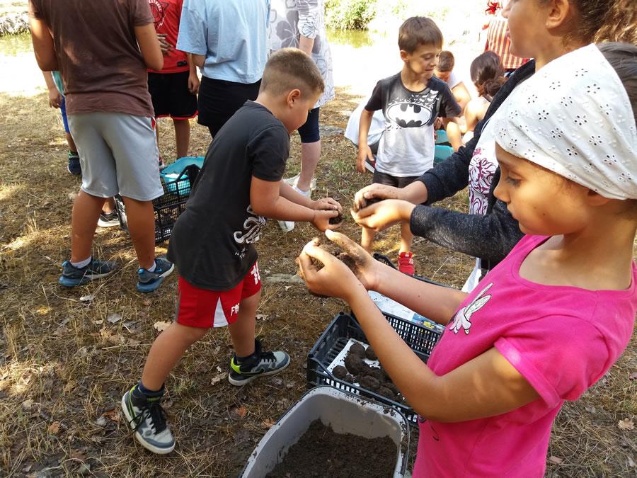 I bambini preparano palle di fango con gli EM